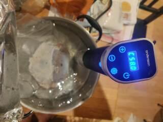 Rimmad vildsvinskinka som ska gotta sig på 58 grader ca 14 timmar